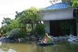 น้ำทะลักท่วมตลาดอินทร์บุรี ชาวบ้านใช้เรือแทนรถ