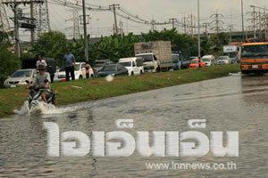 ปทุมธานี วิกฤต น้ำท่วมถนนรถผ่านไม่ได้