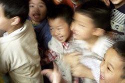 หวิดสยอง! นักเรียนจีนเหยียบกันในโรงเรียน เจ็บ 100