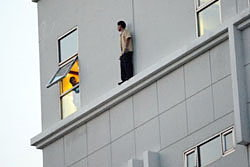 ระทึก! หนุ่มใหญ่เครียดปีนตึก7ชั้น หวังฆ่าตัวตาย