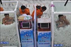หนุ่มใหญ่จีน ทุบสถิตโลก นั่งแช่ตู้น้ำแข็ง 120นาที