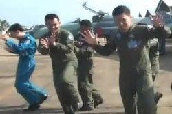 ฮือฮา! นักบินทหารอากาศ ปล่อยคลิป เลียนโฆษณาดัง