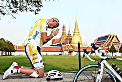 """ปั่นจักรยานรอบโลก ประกาศ""""รักในหลวง"""""""