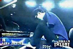 อึ้ง! หนุ่มจีนแขนขาดเล่นเปียโนด้วยนิ้วเท้า สะกดผู้ชม