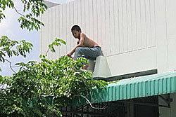 เด็กชายวัย13ปี เครียดปีนตึกประชดชีวิต