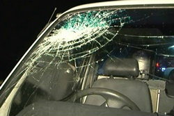 ปาหินพลาด! รถเหยื่อเสียหลักพุ่งชน โจรเจ็บสาหัส