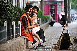 ชาวเน็ตจีนซึ้ง ภาพรอยยิ้มของคนกวาดถนน