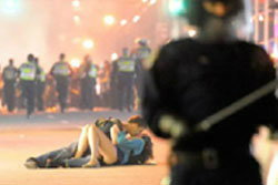 ภาพหนุ่มสาวนอนจูบกลางม็อบ ที่แท้ถูกตร.ผลักล้ม