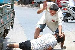 ผัวจีนโหด! เตะต่อยเมียจนน่วมกลางถนน