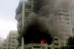 เกิดเพลิงไหม้ คอนโดหรู ซ.สุขุมวิท 24 จนท.เร่งช่วย