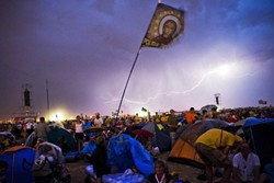 ฮือฮา! ลมพายุพัดกลางพิธีศาสนาพระสันตะปาปา