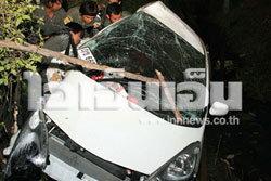 หนุ่มโตชิบาซิ่งแหกโค้งชนรถจอดข้างทางดับ