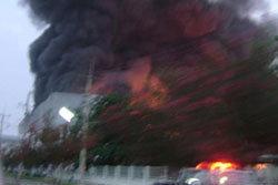 ไฟไหม้โรงงานทำตุ๊กตา จนท.เร่งคุมเพลิง