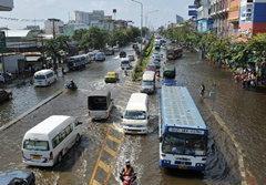 กทม.จัดรถรับ-ส่งผู้ประสบภัยน้ำท่วม 21 เส้นทาง