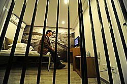 ห้องคุก! จุดขายโรงแรมจีน ไอเดียวัยรุ่น