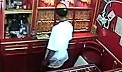 บุกปล้นร้านทองย่านท่าดินแดง ยิงคนเจ็บ 2 ราย