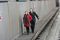 ระทึก! หญิงจีนโดดรางรถไฟหวังฆ่าตัวตาย