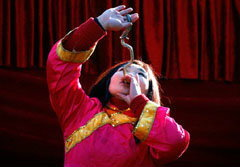 สาวโชว์กลืนงูเป็นๆ ฉลองเทศกาลตรุษจีน