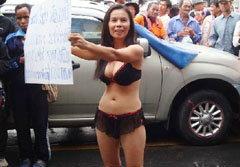 สาวแก้ผ้าประท้วงรัฐบาล จี้หยุดรับจำนำมันสำปะหลัง