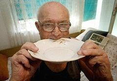 พิลึก! เฒ่ากระเพาะเหล็ก กินสิ่งของมา 60 ปี