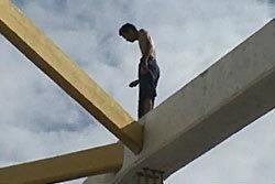 หนุ่มคลั่งยิ่งลักษณ์ปีนสะพานเดชาฯดิ่งเจ้าพระยา
