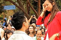 หนุ่มเวียดนามจัดแฟลชม็อบขอสาวแต่งงาน