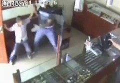 นาทีเด็ด! เด็ก 12 แย่งปืนโจรปล้นร้านเพชร