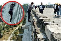 สาวจีนปีนกำแพงปราสาทเลี่ยงจ่ายค่าเข้า