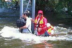ทีมเวิร์คพอยท์ ช่วยคนน้ำท่วมอยุธยารถถูกน้ำซัด
