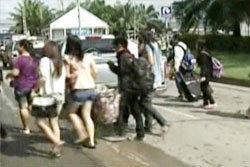 โกลาหล ประชาชนหอบของหนีน้ำออกจากนวนคร