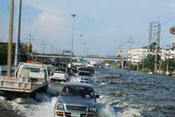 ตรวจสอบเส้นทางน้ำท่วม บางเส้นรถเล็กผ่านไม่ได้