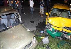 สาวใหญ่เมาหนัก ซิ่งเก๋งประสานงาแท็กซี่ ดับคาที่2 ศพ