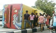 ระทึก! รถเมล์ ปอ.504 พลิกคว่ำ ผู้โดยสารเจ็บเพียบ