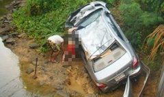 2 ครูสาวซิ่งเก๋งผ่าสายฝน แหกโค้งตกคลอง ดับคาที่ 1 ศพ
