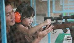 """น้องน้ำปั่น ตกเป็นประเด็น! """"เด็กหญิงกับปืน"""""""