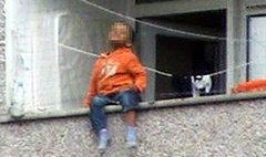 ระทึกเด็ก 2 ขวบ พ่อแม่ปล่อยให้นั่งเล่นบนระเบียง