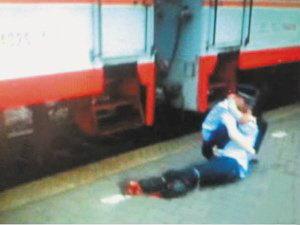 กล้าหาญ! ตำรวจช่วยคนโดดรางรถไฟจนขาขาดทั้ง2ข้าง