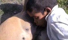 สลด! เด็กอินเดียอดอยากต้องดื่มนมหมา
