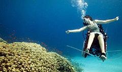 แจ่ม! สาวพิการนั่งวีลแชร์ ดำดิ่งลงใต้น้ำ
