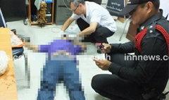 หนุ่มถูกเพื่อนกีดกันรัก บุกยิงดับถึงโต๊ะทำงาน ก่อนยิงตัวตายตาม