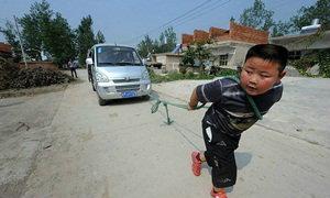 เด็ก 7 ขวบลากรถตู้หนักกว่าหนึ่งตันด้วยเชือก
