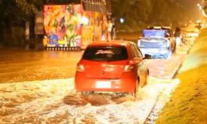 ฝนถล่มทำน้ำท่วมบางแสน สูง 30-40 เซนฯ