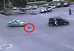 นาทีระทึก! เด็กหญิงพลัดตกจากรถกลางสี่แยก