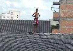 เด็กชายหนีออกจากบ้าน ตกใจตำรวจปีนขึ้นหลังคา