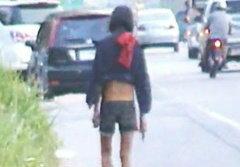 สาวบ้าถอดเสื้อโชว์คึกริมถนน ชาวบ้านหวั่นถูกฉุด