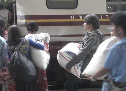 ชาวอีสานนำข้าวเหนียวขึ้นรถไฟกลับกทม.