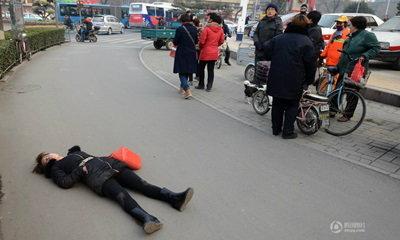 หดหู่ใจ! สาวจีนล้มพับกลางถนน ไม่มีใครกล้าช่วย