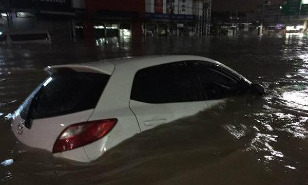 พัทยาอ่วมหนัก พายุหว่ามก๋อถล่มน้ำท่วมสูงทั้งเมือง