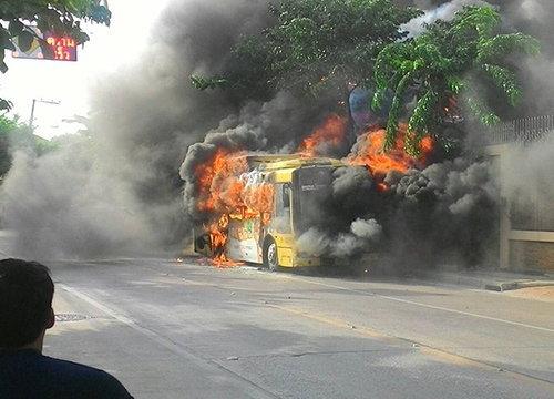 ระทึก!ไฟไหม้รถเมล์ปอ.6หน้าวัดพุทธบูชาไร้เจ็บ