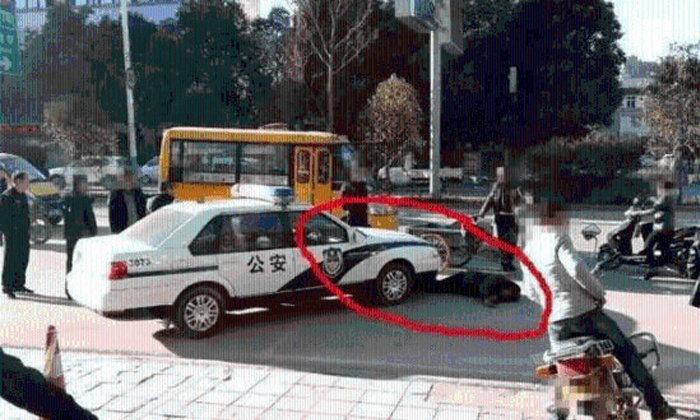 กล้ามาก! ชายแก่นอนขวางรถตำรวจ เรียกเงิน 2 หมื่นหยวน